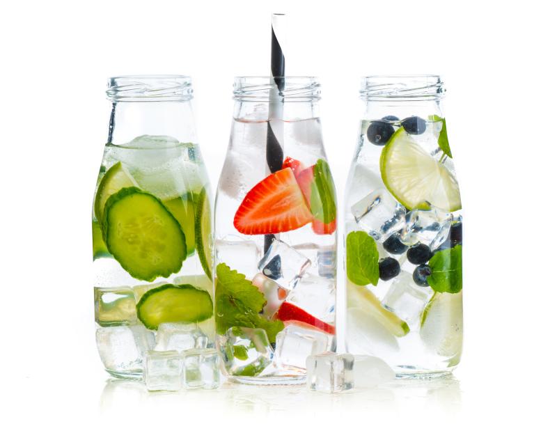 woda trzy butelki cytryna mięta